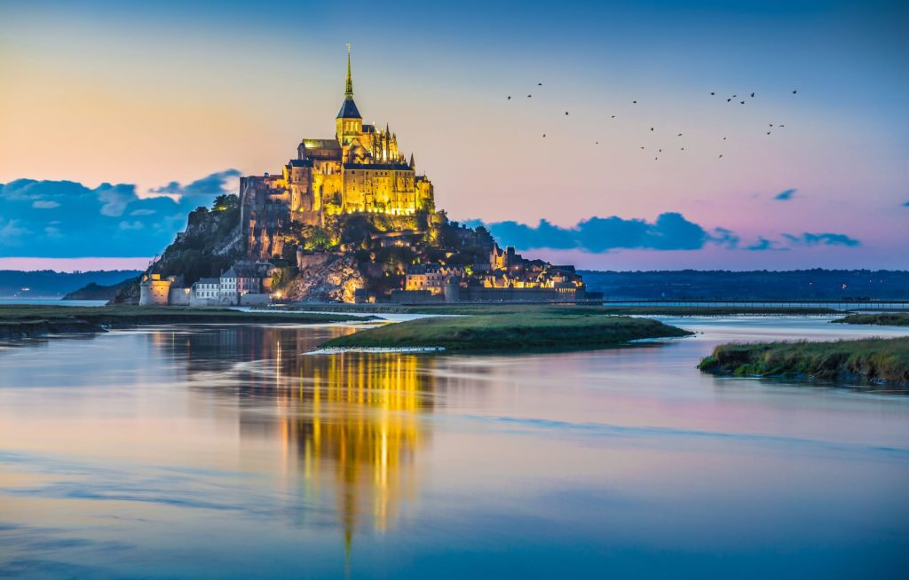 Mont saint-michel in der dämmerung in der normandie